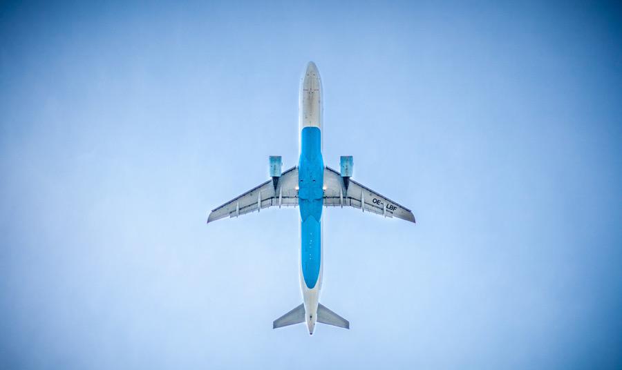 フリー写真 青空を飛んでいる旅客機