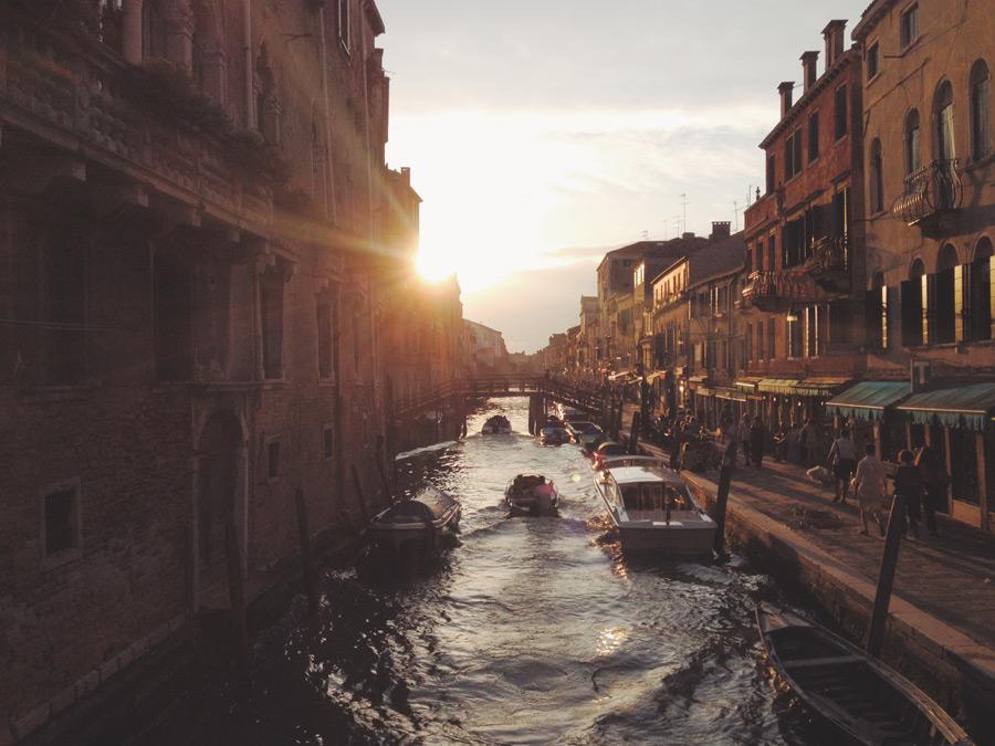 フリー写真 夕日とヴェネツィアの運河の風景
