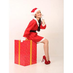 フリー写真, 人物, 女性, アジア人女性, 女性(00069), フィリピン人, 年中行事, クリスマス, 12月, 冬, サンタの衣装, クリスマスプレゼント