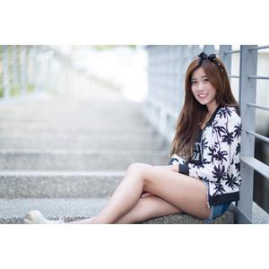 フリー写真, 人物, 女性, アジア人女性, 楚珊(00053), 中国人, 座る(階段), 足を伸ばす