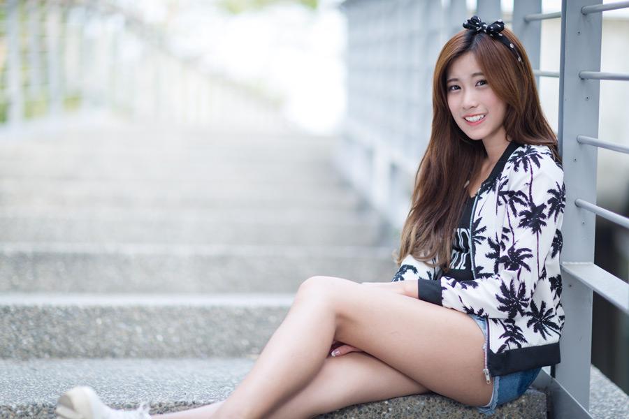 フリー写真 階段に腰掛けている女性のポートレイト