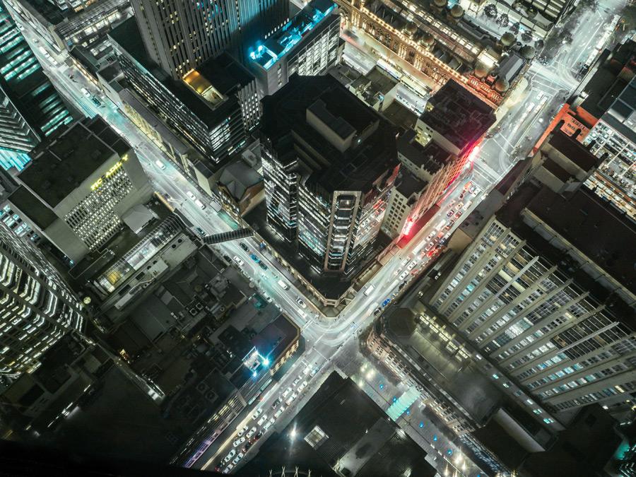 フリー写真 高層ビルの上から見下ろす夜の交差点の風景
