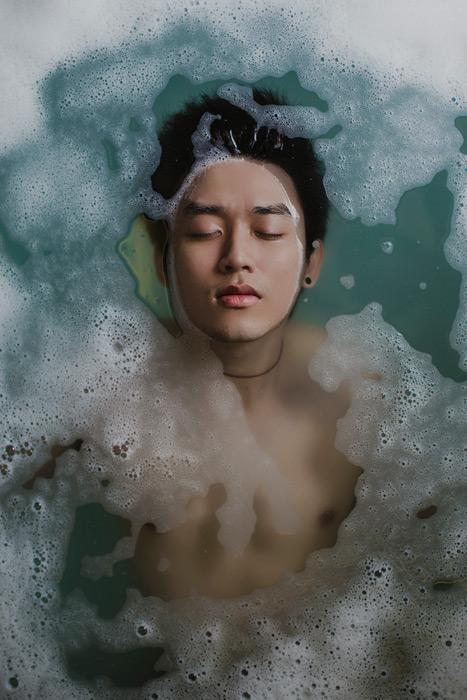 フリー写真 お風呂の水に浮かぶ男性
