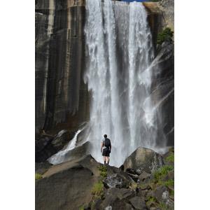 フリー写真, 風景, 滝, ヨセミテ国立公園, カリフォルニア州, アメリカの風景, 岩, 人と風景, 男性, 後ろ姿, リュックサック(ナップサック)