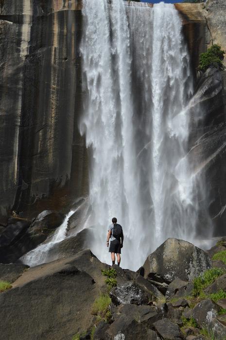 フリー写真 バーナル滝を眺める男性の後ろ姿