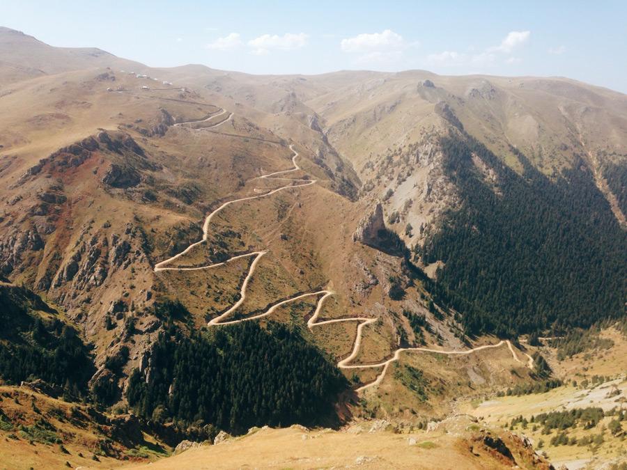フリー写真 山と峠道の風景