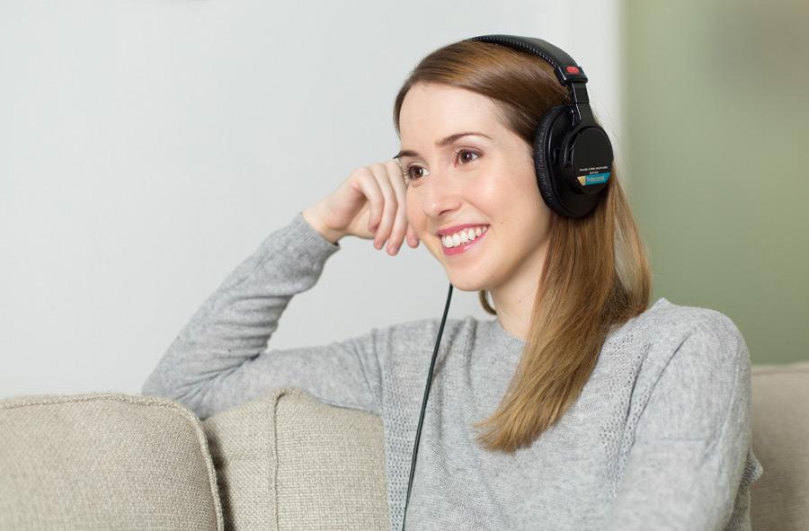 フリー写真 ヘッドホンで音楽を聴いている外国人女性の