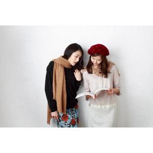 フリー写真, 人物, 女性, アジア人女性, 日本人, 女性(00064), 女性(00065), 二人, 友達, 読む(読書), 雑誌, ベレー帽, マフラー