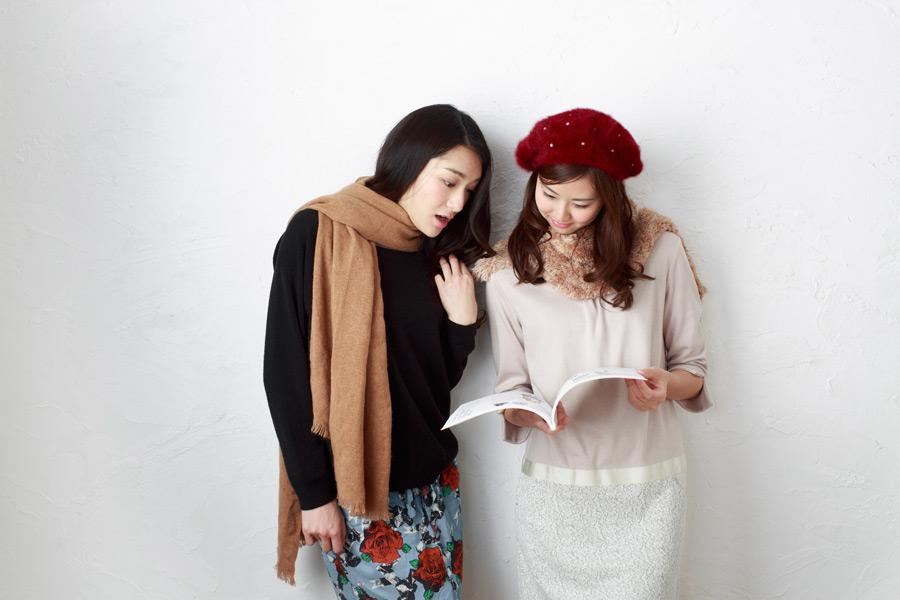 フリー写真 雑誌を見ている二人の日本人女性