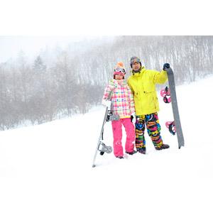 フリー写真, 人物, カップル, 恋人, 日本人, 女性(00043), 男性(00055), 冬, スキー場, 雪, スポーツ, ウィンタースポーツ, スノーボード(スノボー), レジャー, スノーボーダー, 二人