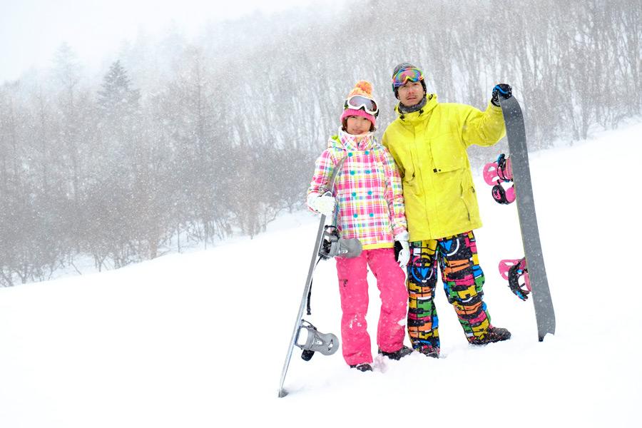 フリー写真 スキー場でスノーボードを楽しむカップル