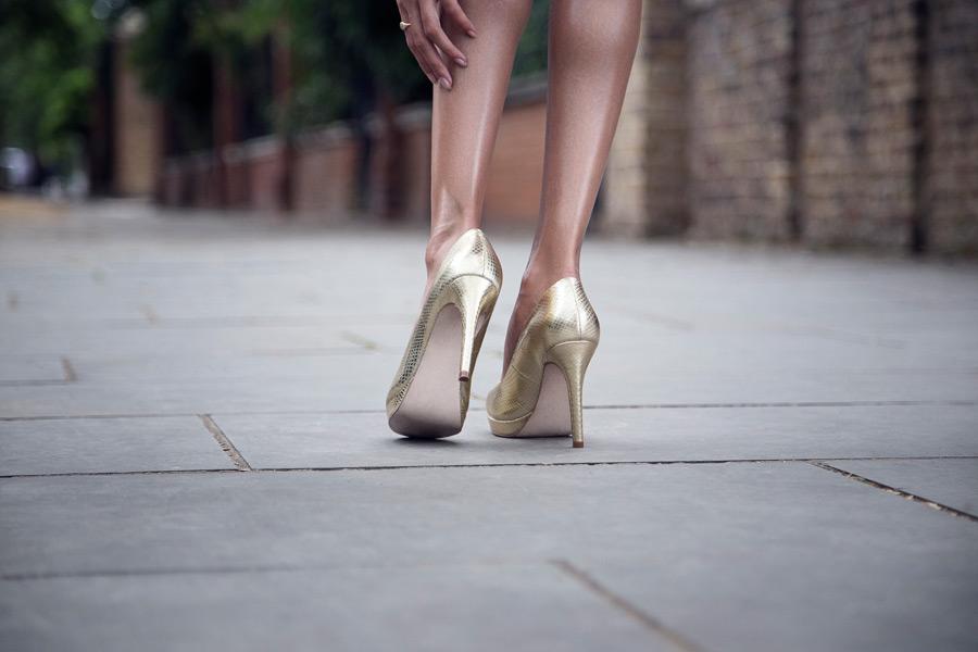 フリー写真 ハイヒールを履いた女性の足元