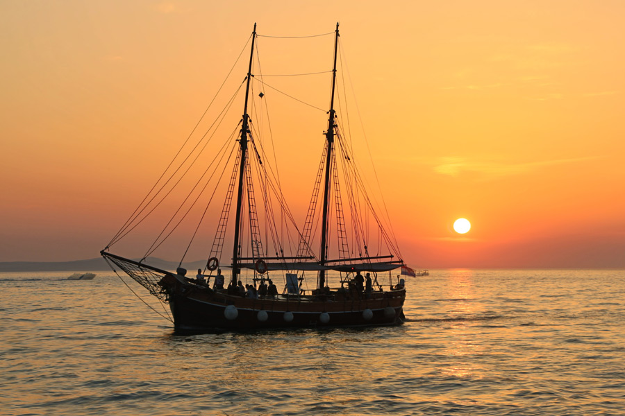 フリー写真 帆船と夕日の風景