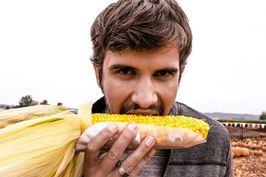 フリー写真 トウモロコシを食べる外国人男性