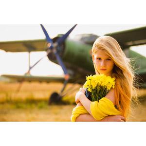 フリー写真, 人物, 少女, 外国の少女, ロシア人, 少女(00071), 人と花, 人と乗り物, 花束, 黄色の花, 金髪(ブロンド), 航空機, 飛行機, プロペラ機