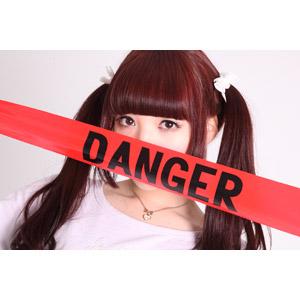 フリー写真, 人物, 女性, アジア人女性, 女性(00072), 日本人, ツインテール, 危険, バリケードテープ, 口元を隠す