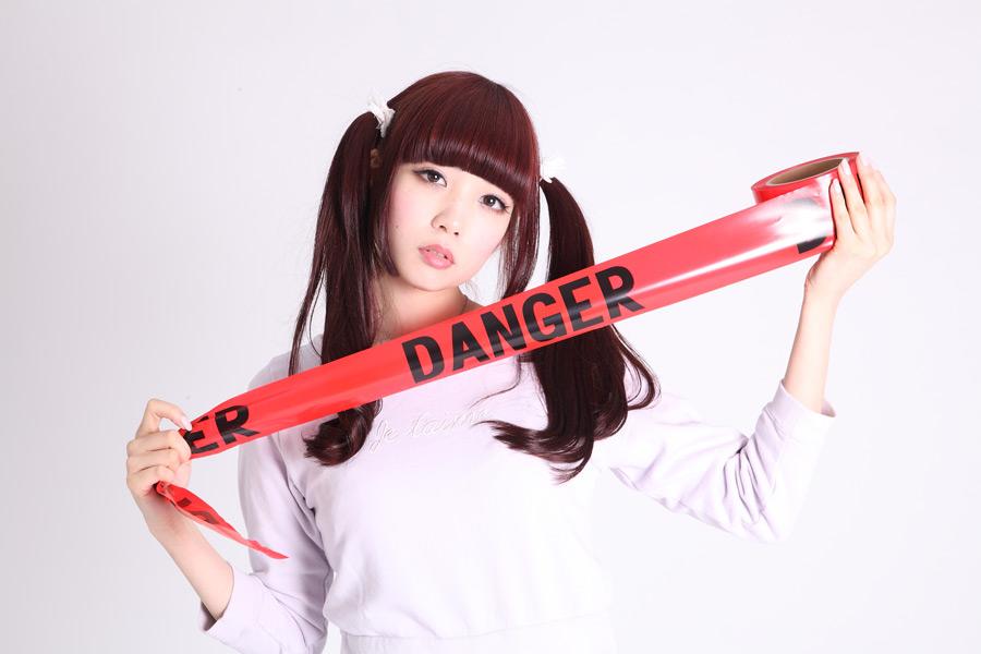 フリー写真 バリケードテープを持つツインテールの日本人女性