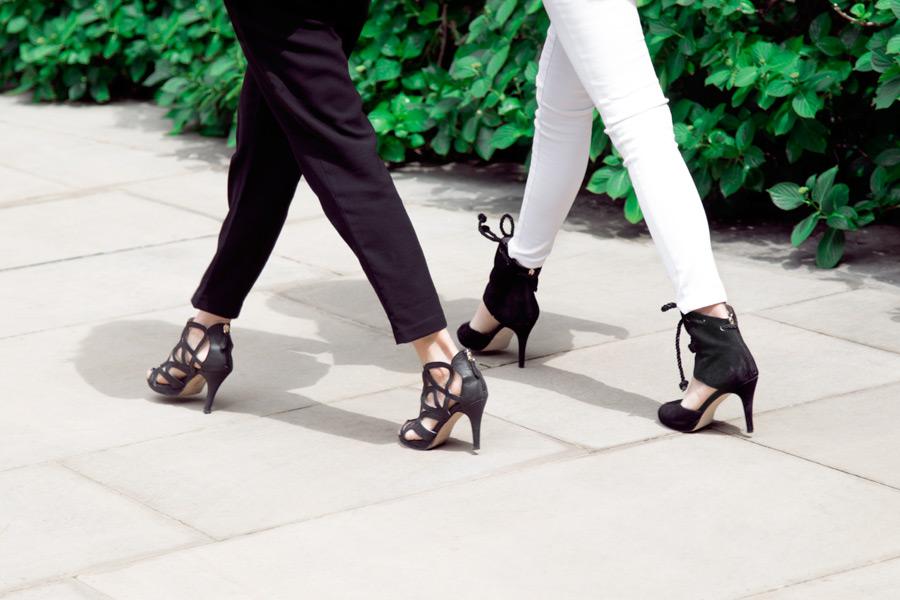 フリー写真 ハイヒールを履いて街を歩く二人の女性の足元