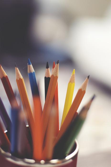 フリー写真 ペン立ての鉛筆と色鉛筆