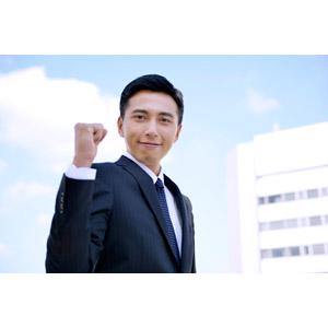 フリー写真, 人物, 男性, アジア人男性, 男性(00016), 日本人, ビジネス, ビジネスマン, サラリーマン, メンズスーツ, 職業, 仕事, ガッツポーズ, 頑張る