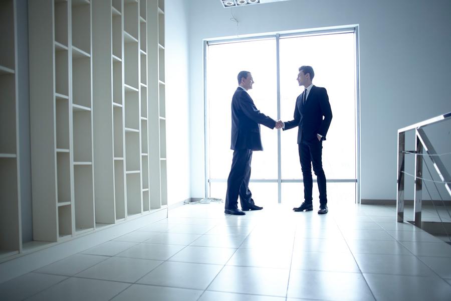 フリー写真 握手を交わす外国のビジネスマン