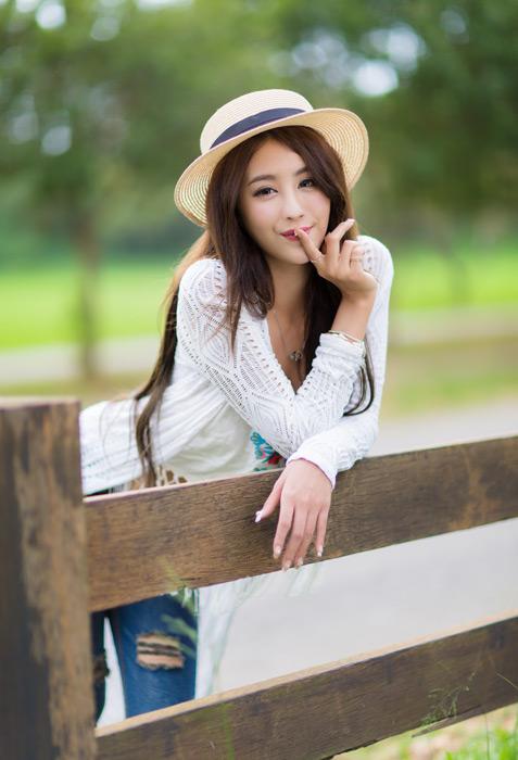 フリー写真 麦藁帽子を被って「しーっ!」のポーズの女性
