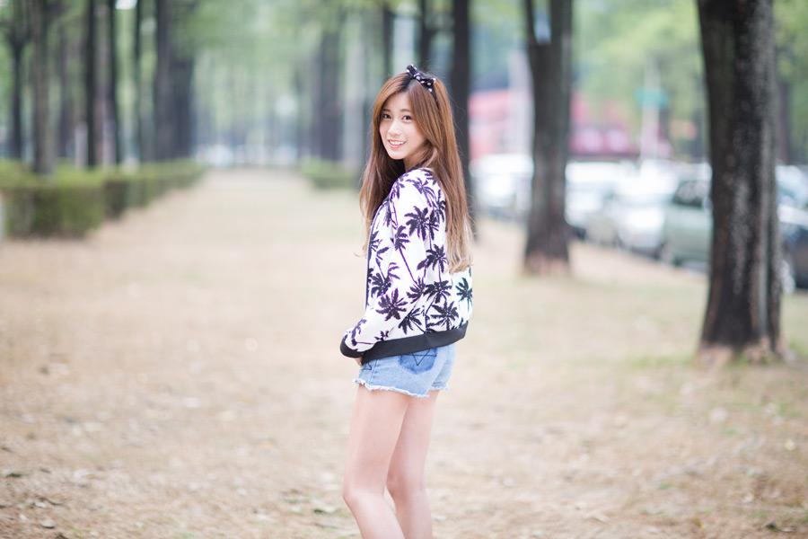 フリー写真 並木道で振り返る女性のポートレイト