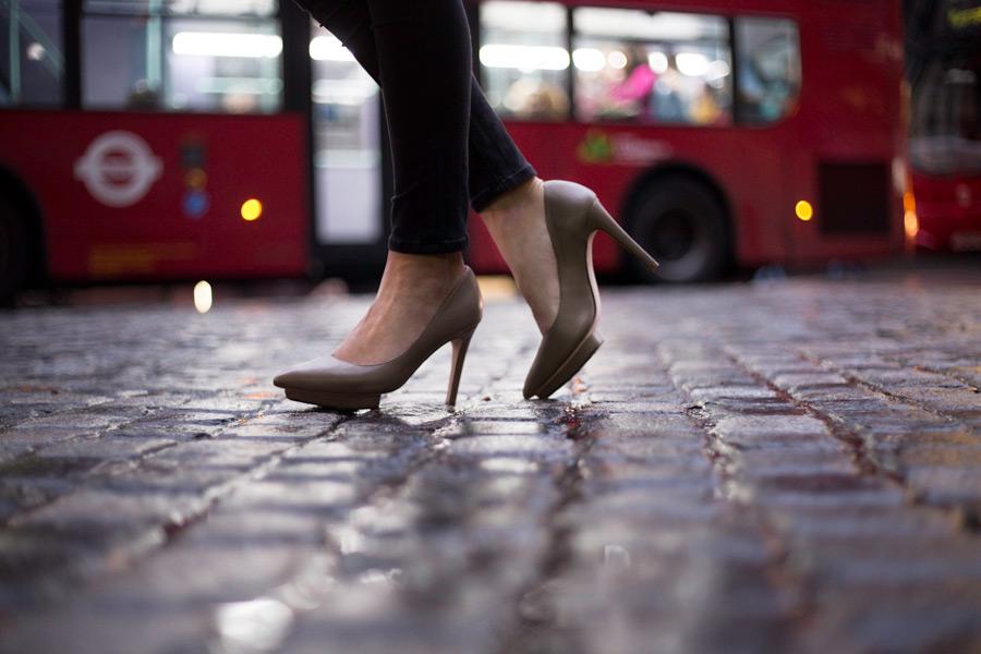 フリー写真 バストハイヒールを履いた女性の足元