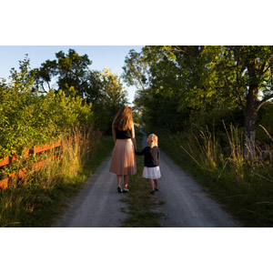 フリー写真, 人物, 家族, 親子, 母親(お母さん), 子供, 娘, 人と風景, 手をつなぐ, 小道, 後ろ姿, 田舎