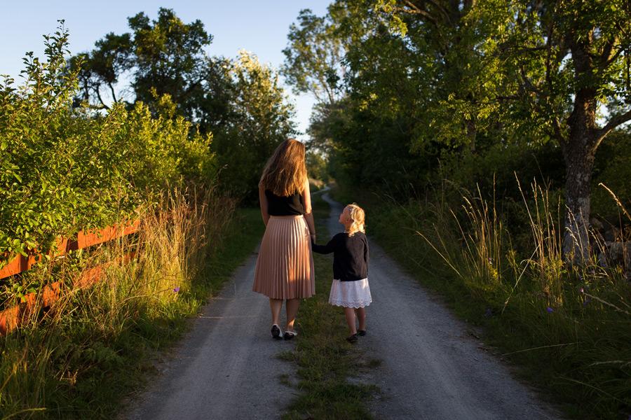 フリー写真 田舎道を歩く母と娘の後ろ姿