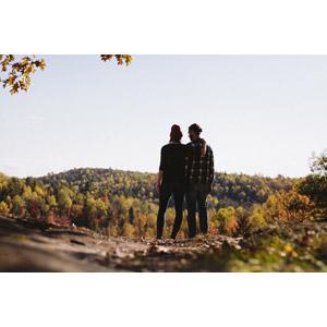 フリー写真, 人物, カップル, 恋人, 後ろ姿, 肩に手を置く, 励ます, 二人, 人と風景