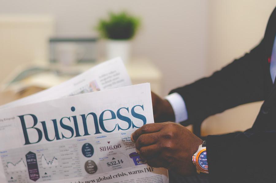 フリー写真 ビジネス紙を開けるビジネスマン