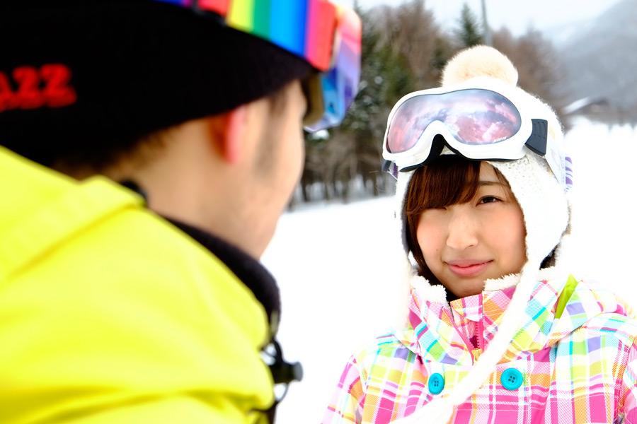 フリー写真 スキー場で向かい合うカップル