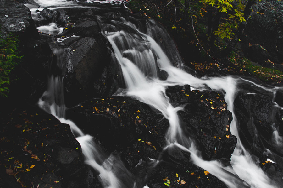 フリー写真 小さな滝の風景