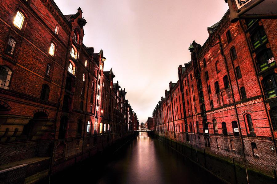 フリー写真 ハンブルクの運河と倉庫街の風景