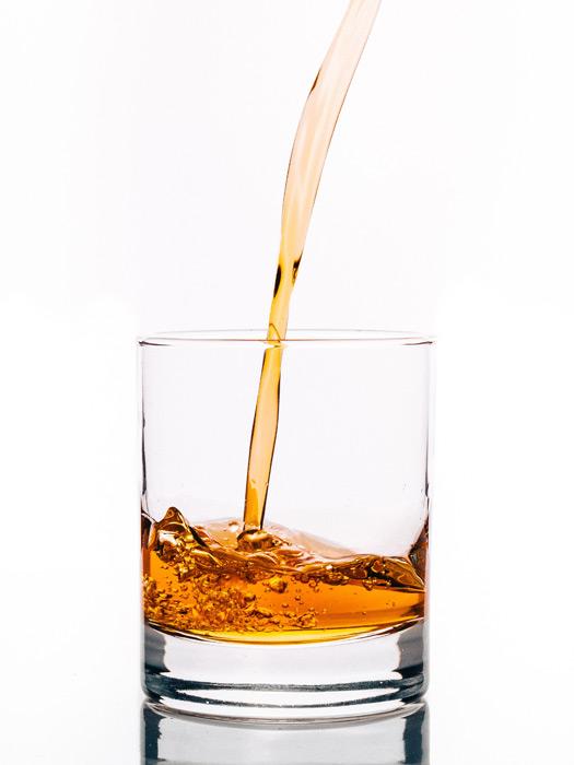 フリー写真 グラスに注がれるウィスキー