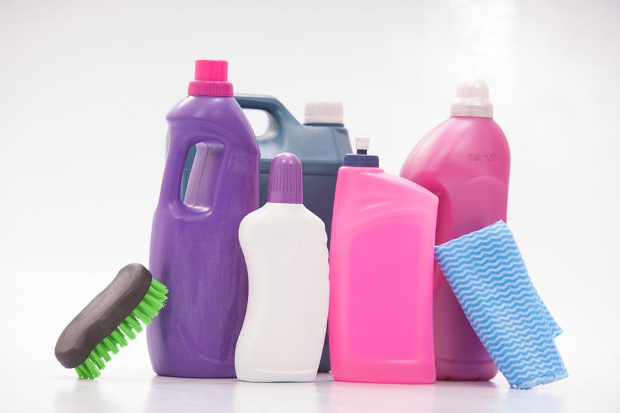 フリー写真 色々な容器の洗剤と布巾とたわし