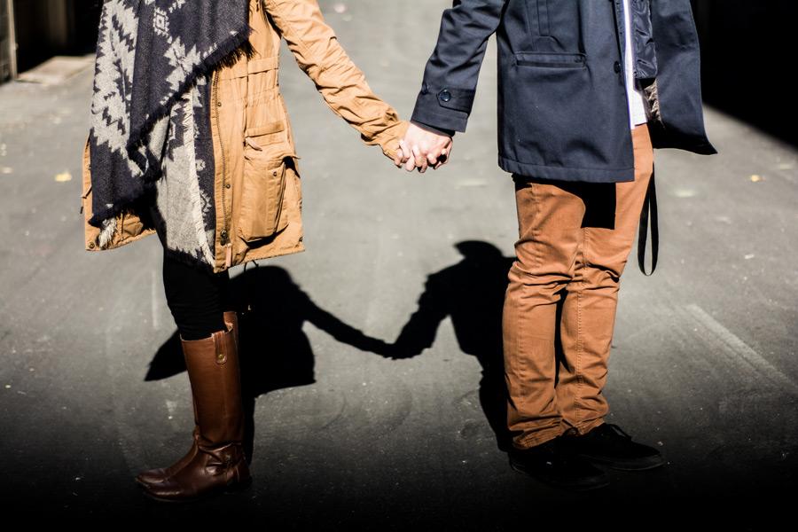 フリー写真 手をつなぐカップルと影