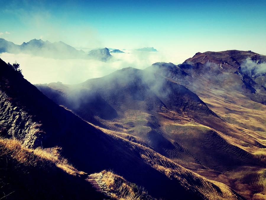 フリー写真 雲のかかる山脈の風景