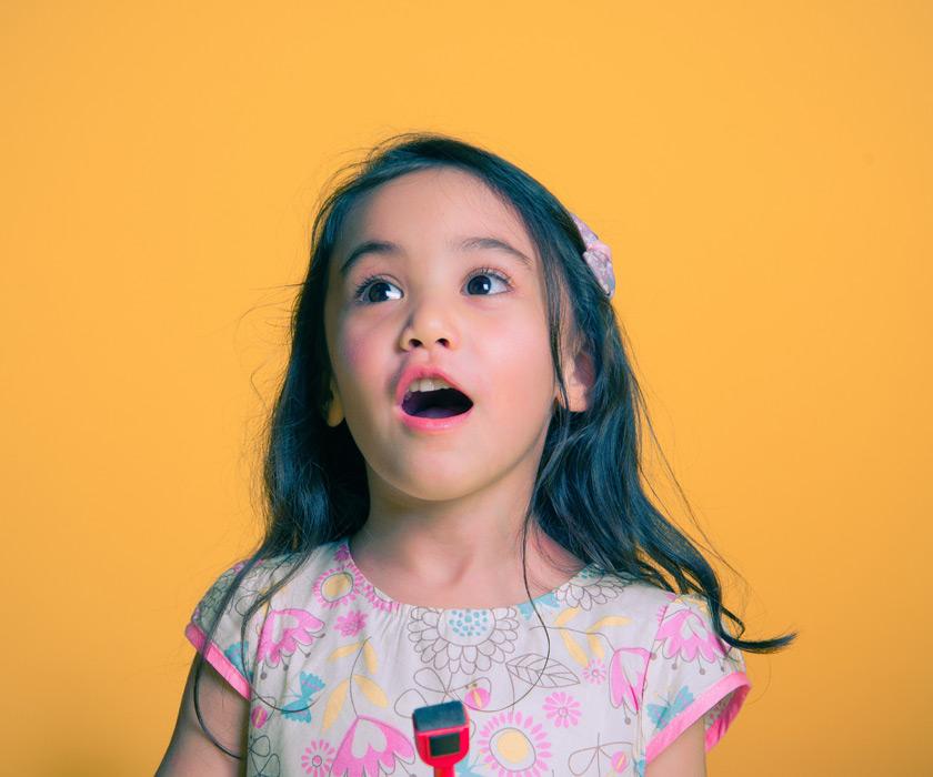フリー写真 驚く外国の女の子のポートレイト