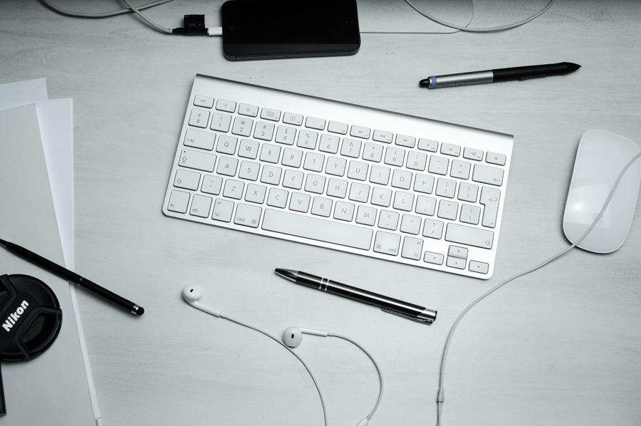 フリー写真 キーボードとマウスの置かれた机の風景