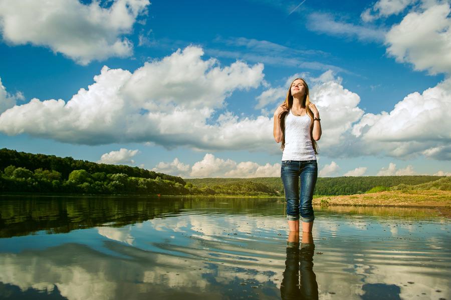 フリー写真 湖の中に入って目を閉じる外国人女性
