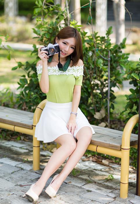 フリー写真 ベンチに座ってカメラを持つ女性のポートレイト