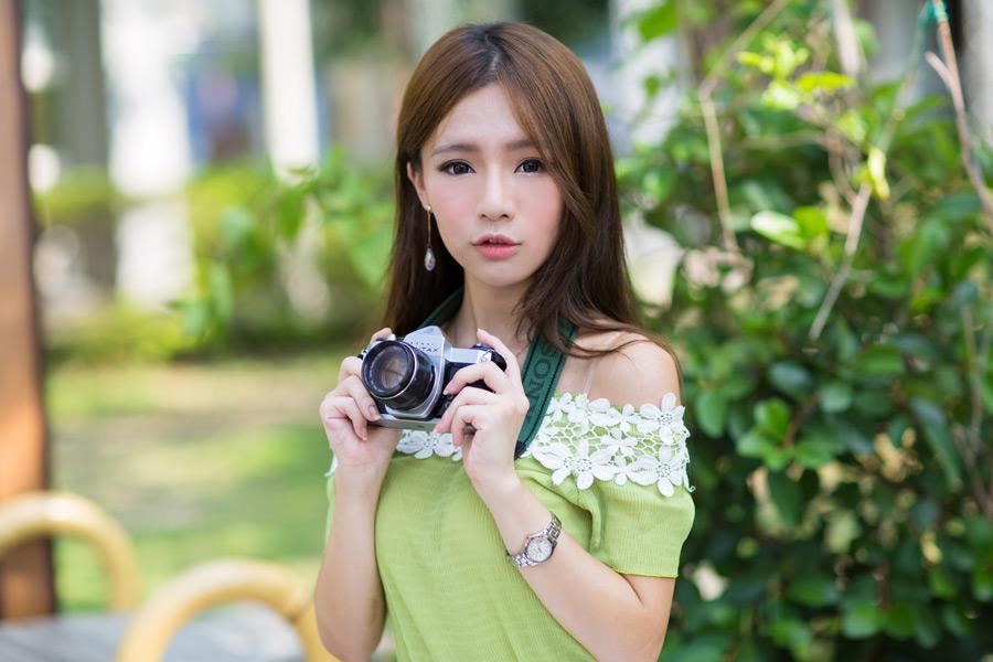 フリー写真 一眼レフカメラを持っている女性のポートレイト