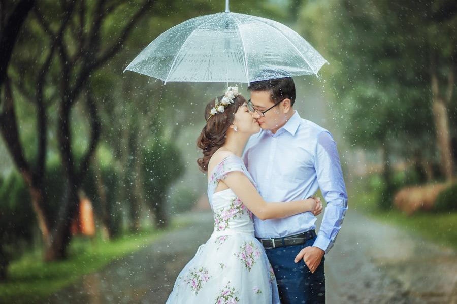 フリー写真 雨の中キスをするカップル