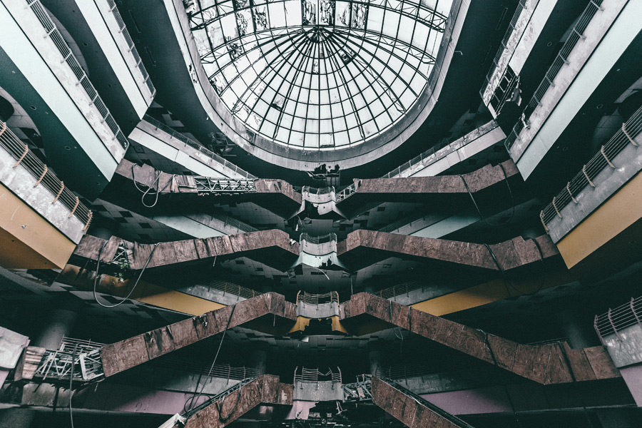フリー写真 廃墟となったマレーシアのショッピングセンターの風景