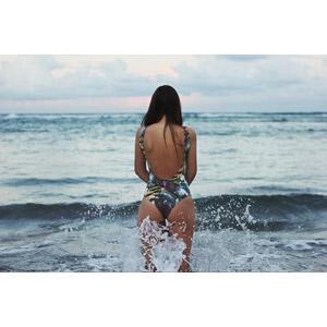 フリー写真, 人物, 女性, 後ろ姿, 水着, ワンピース(水着), 海, 波しぶき, 眺める, 波しぶき, 人と風景