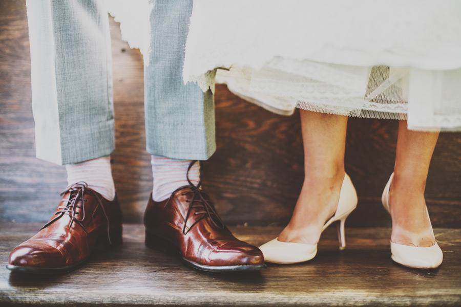 フリー写真 革靴とハイヒールを履いたカップルの足