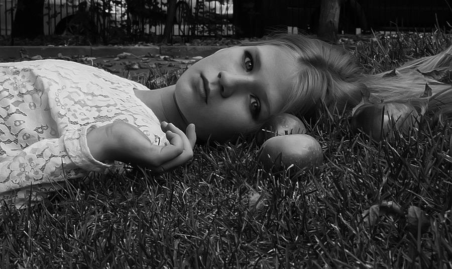 フリー写真 リンゴと倒れるロシアの少女