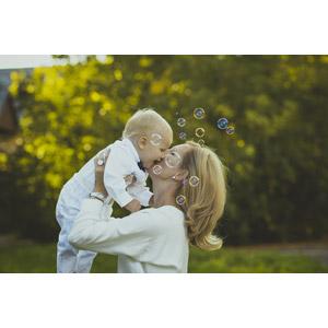 フリー写真, 人物, 親子, 母親(お母さん), 子供, 赤ちゃん, キス(口づけ), しゃぼん玉(シャボン玉)